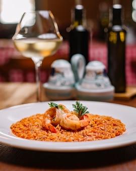 토마토 소스를 곁들인 해산물 리조또 한 접시