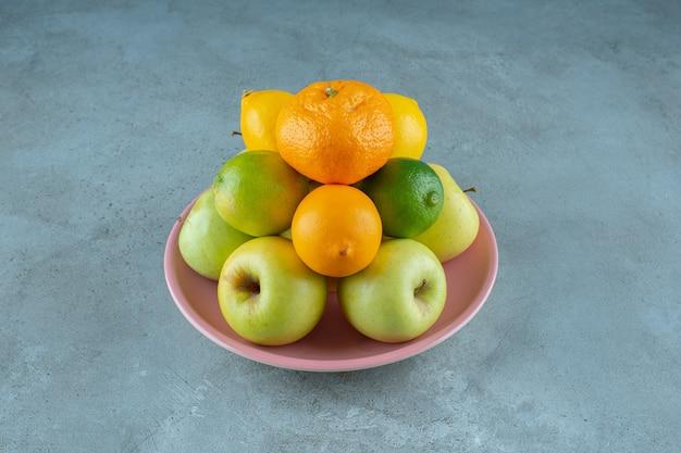 대리석 배경에 다양한 과일 접시. 고품질 사진