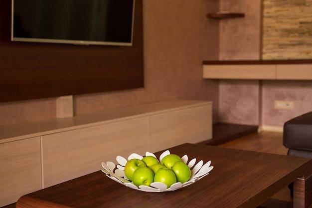 아파트의 테이블에 녹색 사과와 접시