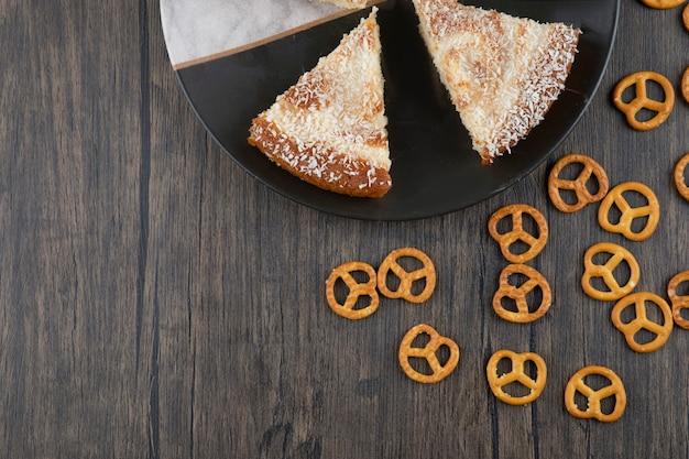나무 테이블에 맛있는 케이크 조각 접시.