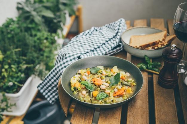 맛있는 이탈리아 수프 미네스트로네를 곁들인 접시