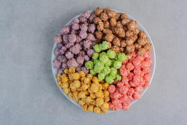 大理石の表面にポップコーンキャンディーの盛り合わせ