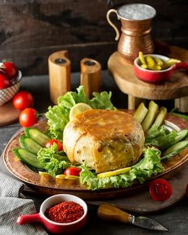 아제르바이잔 쌀 요리 샤 필라프와 플래터 빵 껍질에 요리 플래터