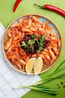 Блюдо с креветками и зеленью