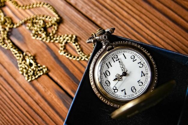책 표면이있는 회중 시계