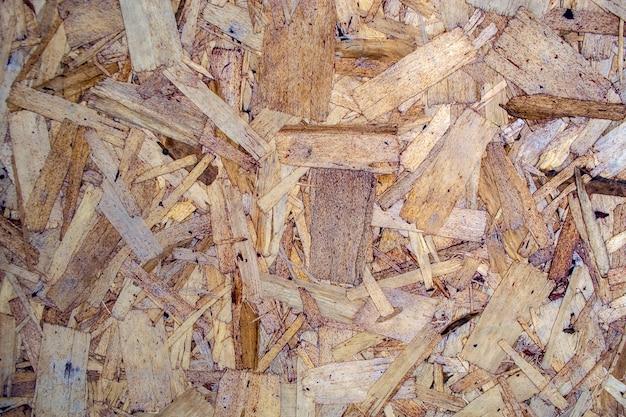 Стручки пресвитерии на фоне деревянной стружки.