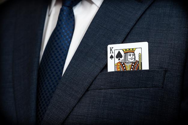 Карта покерного короля в кармане костюма
