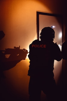 警察は建物に隠された犯罪の加害者を拘束します