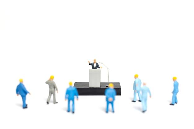 Политик разговаривает с людьми во время митинга