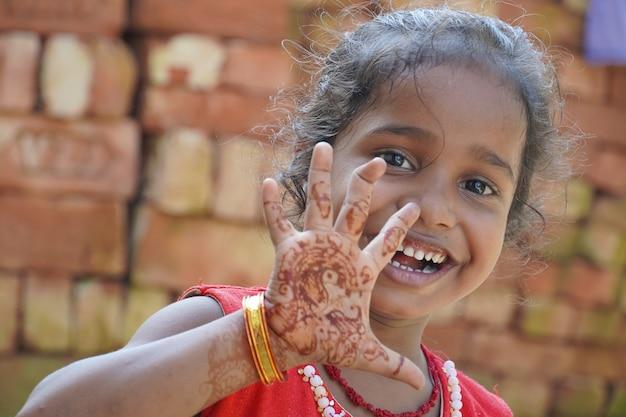 웃는 불쌍한 귀여운 아기 소녀
