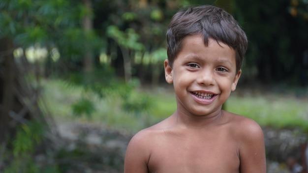 가난한 인도 아이 미소
