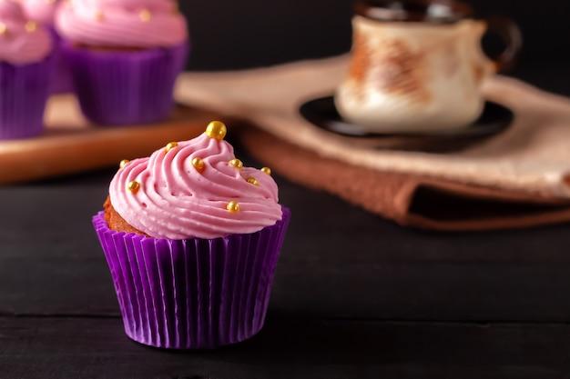 紅茶とコーヒーに人気のデザートはバタークリームマフィンです。