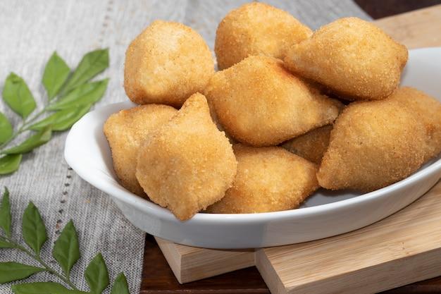 鶏肉のブラジルスナックコシーニャの一部。
