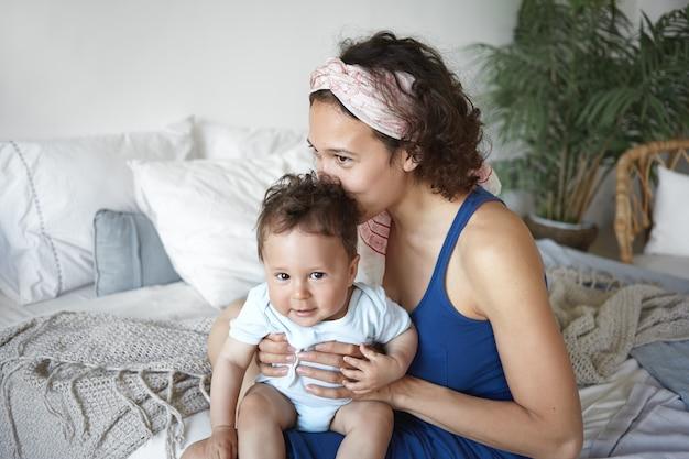 아기와 침대에 앉아 어머니의 초상화