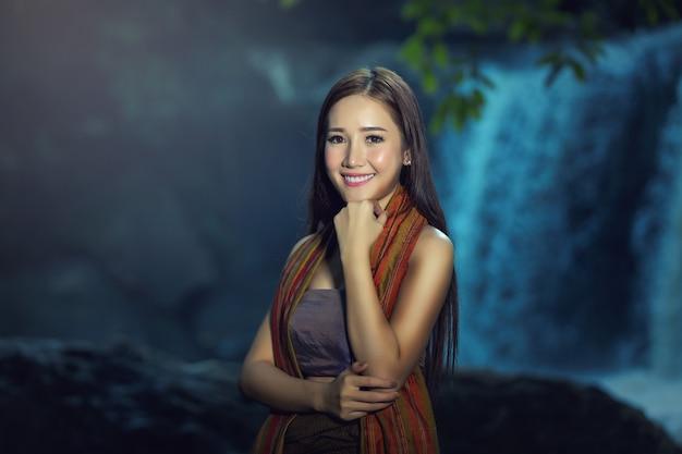 カメラで明るく笑っている美しいアジアの女性の肖像画