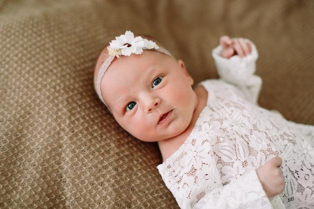 Портрет красивой новорожденной девочки