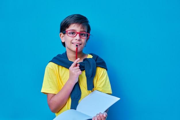 Портрет умного и прилежного мальчика в красных очках