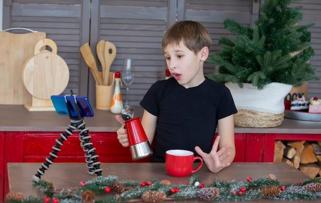 自宅のカメラに話しかける自信を持って創造的な子供のブロガーの肖像画