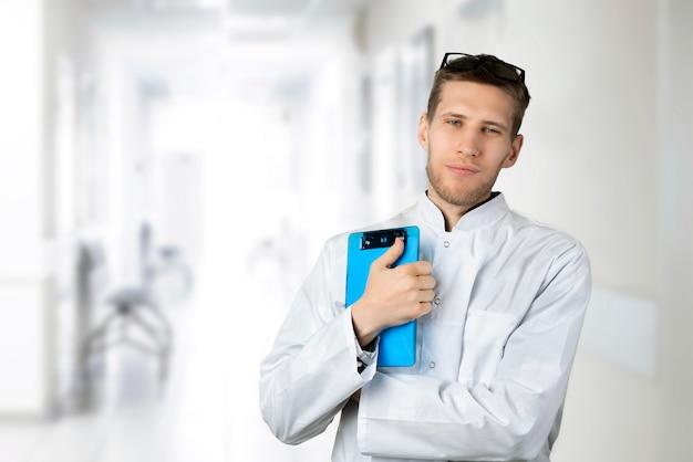 白い医療制服を着た自信を持って若い男性医師の肖像画