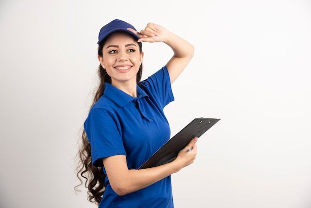 クリップボードを持った配達の若い女性のポートレート。高品質の写真