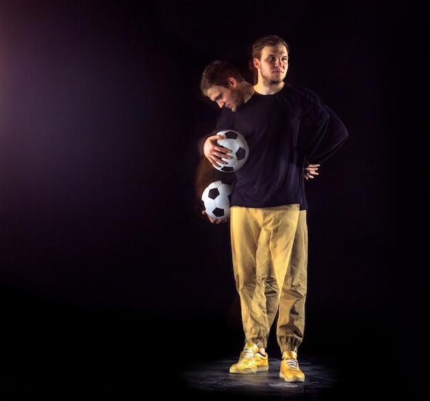Портрет вентилятора с мячом на сером студийном фоне. концепция фристайл. техника стрельбы стробоскопом Premium Фотографии
