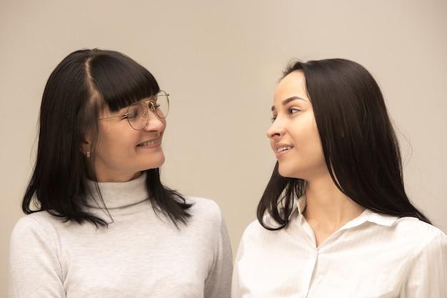 Портрет счастливой матери и дочери