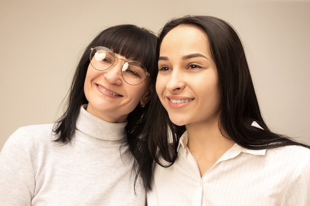 幸せな母と娘の肖像画