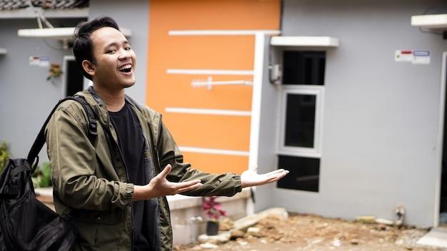그들의 새 집 앞에 서있는 젊은 남자의 초상화