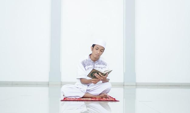 Портрет азиатского мусульманина декламирует в мечети