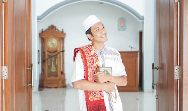 Sholat 후 모스크에서 세련된 아시아 이슬람 남자의 초상화
