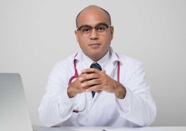 聴診器を持つアジアの医師の肖像画