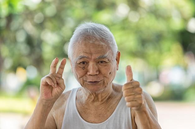 Портрет азиатского пенсионера, страдающего болезнью альцгеймера