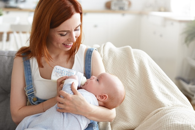그녀의 아기와 함께 아름다운 어머니의 초상화