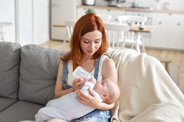 彼女の赤ちゃんと美しい母親の肖像画