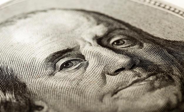 100 달러짜리 지폐에 벤자민 프랭클린의 초상화. 확대.