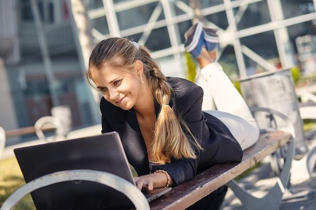 屋外で笑っているビジネス女性の肖像画