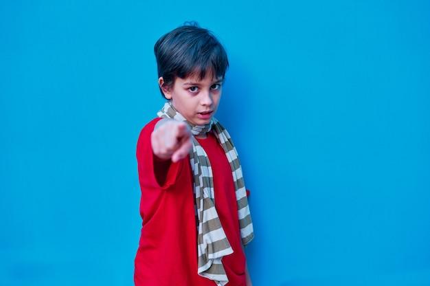 빨간 티셔츠와 스카프에 도전적인 소년의 초상화
