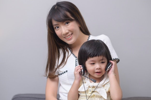 행복한 아시아 엄마와 딸의 초상화