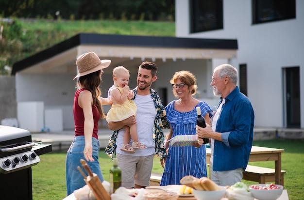 家族の誕生日パーティーで屋外で幸せな人々の肖像画。