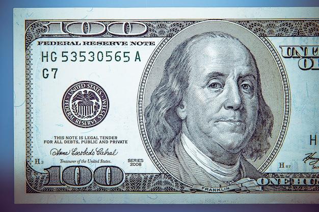 100 달러 지폐에 프랭클린 대통령의 초상화. 확대.