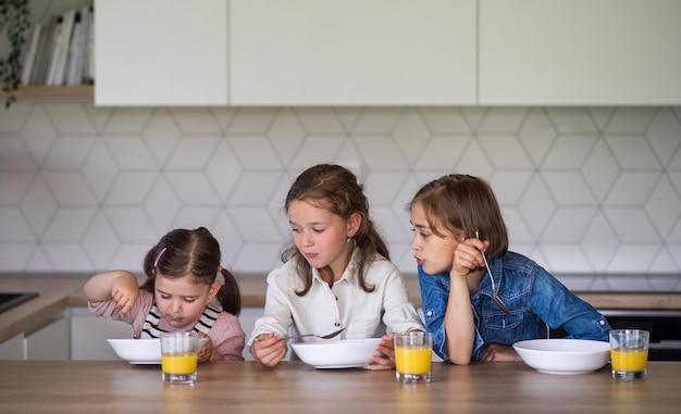 집에서 아침을 먹고 있는 세 자매의 초상화.