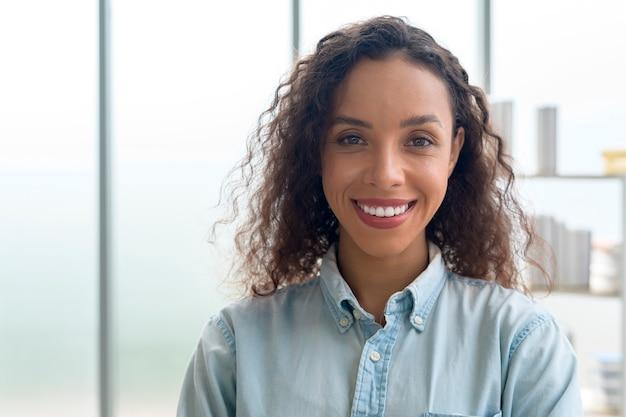 현대 사무실에서 웃고 있는 젊은 아프리카 여성 사업가의 초상화