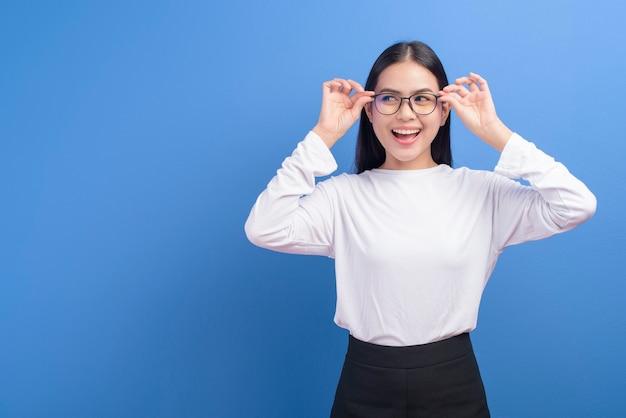Портрет молодой женщины в очках над синим, концепция здравоохранения