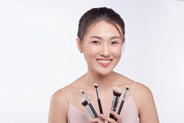 化粧筆を持ったかなり孤立した若い女性のポートレート