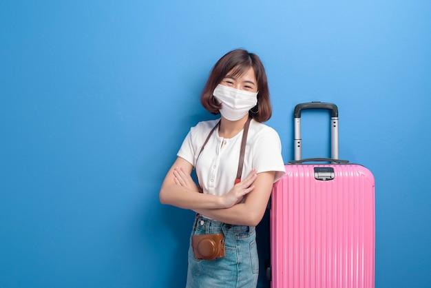 Портрет молодой путешественницы с маской для лица, новая концепция нормального путешествия