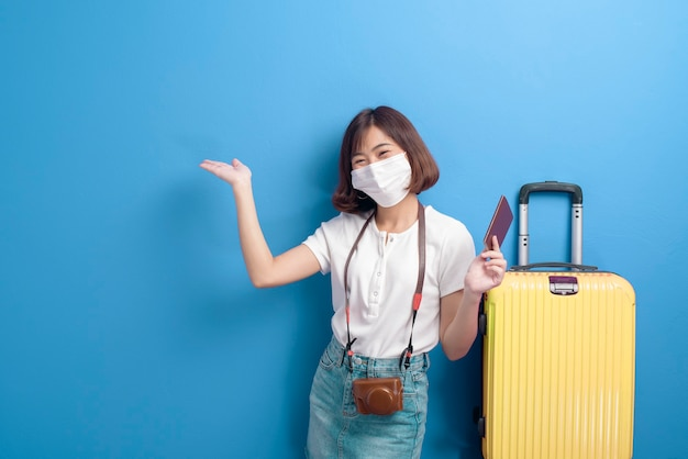 Портрет молодой путешественницы с маской для лица