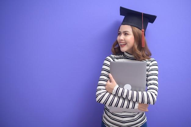 Портрет молодой женщины окончил на синем фоне