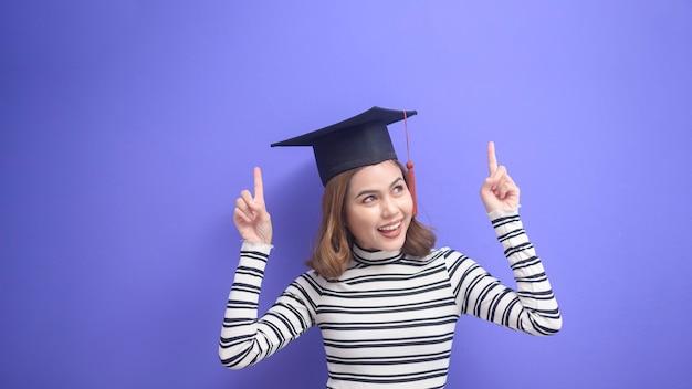 파란색 배경 위에 졸업한 젊은 여성의 초상화