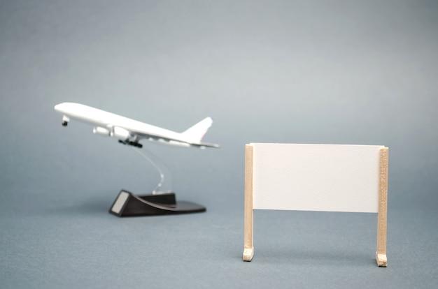 テキストと飛行機のための場所が付いているポスター。コンセプトは世界中を旅します。ホットツアー残り。