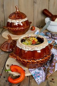 鶏肉とキノコの鍋鍋に煮込んだ鶏じゃがと野菜